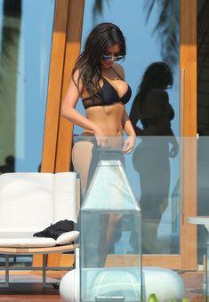 Пышногрудая Ким Кардашьян в черном купальнике на отдыхе в Таиланде фото #8