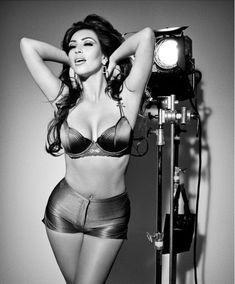 Ким Кардашьян в эротической фотосессии для календаря фото #8