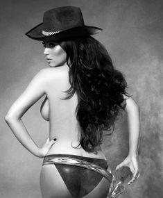 Ким Кардашьян в эротической фотосессии для календаря фото #9