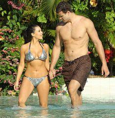Ким Кардашьян в соблазнительных купальниках на отдыхе в Бора-Бора фото #1
