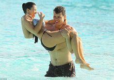 Ким Кардашьян в соблазнительных купальниках на отдыхе в Бора-Бора фото #5