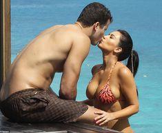 Ким Кардашьян в соблазнительных купальниках на отдыхе в Бора-Бора фото #6
