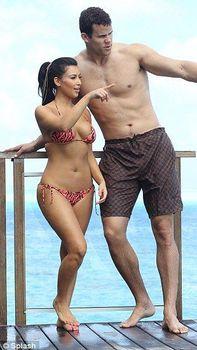 Ким Кардашьян в соблазнительных купальниках на отдыхе в Бора-Бора фото #7