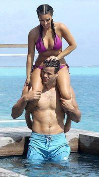 Ким Кардашьян в соблазнительных купальниках на отдыхе в Бора-Бора фото #8