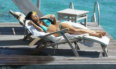 Ким Кардашьян в соблазнительных купальниках на отдыхе в Бора-Бора фото #9