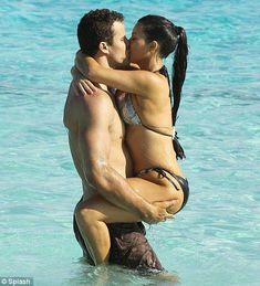 Ким Кардашьян в соблазнительных купальниках на отдыхе в Бора-Бора фото #11