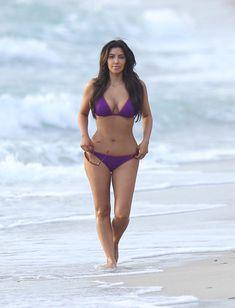 Ким Кардашьян в спортивном купальнике на пляже Майами фото #1