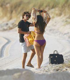 Ким Кардашьян в спортивном купальнике на пляже Майами фото #4