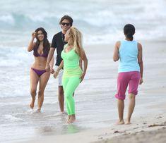 Ким Кардашьян в спортивном купальнике на пляже Майами фото #6