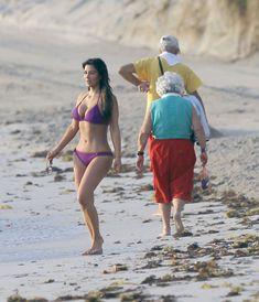 Ким Кардашьян в спортивном купальнике на пляже Майами фото #7