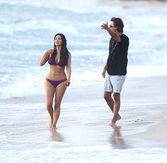 Ким Кардашьян в спортивном купальнике на пляже Майами фото #10