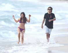 Ким Кардашьян в спортивном купальнике на пляже Майами фото #11