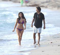 Ким Кардашьян в спортивном купальнике на пляже Майами фото #12