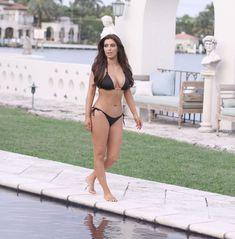 Ким Кардашьян показала роскошные формы у бассейна в Майами фото #10