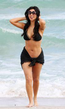 Ким Кардашьян показала сочное тело на пляже возле отеля Fontainebleau фото #8
