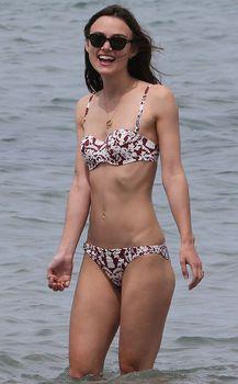 Кира Найтли в бикини на острове Корсика фото #2