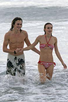 Худая Кира Найтли в купальнике на отдыхе в Гавайях фото #12
