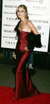Случайный засвет Киры Найтли на премьере фильма «Гордость и предубеждение» фото #8