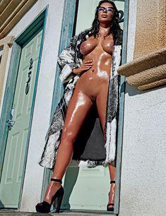 Полностью голая Ким Кардашьян в журнале Love фото #2