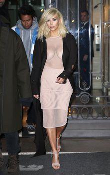 Голые соски Ким Кардашьян возле отеля в Париже фото #2