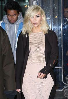 Голые соски Ким Кардашьян возле отеля в Париже фото #3