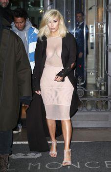 Голые соски Ким Кардашьян возле отеля в Париже фото #4