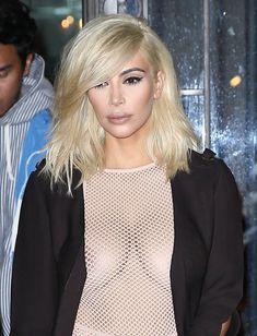 Голые соски Ким Кардашьян возле отеля в Париже фото #6
