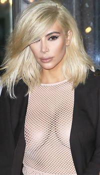 Голые соски Ким Кардашьян возле отеля в Париже фото #7