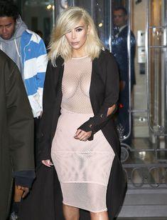 Голые соски Ким Кардашьян возле отеля в Париже фото #8