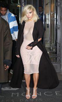 Голые соски Ким Кардашьян возле отеля в Париже фото #9