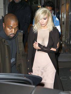 Голые соски Ким Кардашьян возле отеля в Париже фото #11