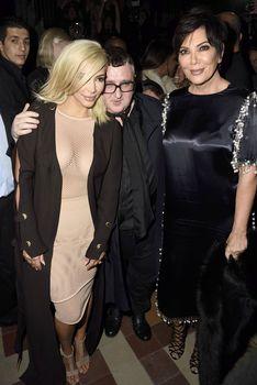 Голые соски Ким Кардашьян возле отеля в Париже фото #12