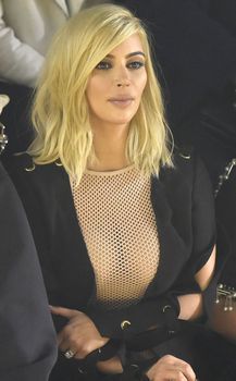 Голые соски Ким Кардашьян возле отеля в Париже фото #13