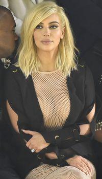 Голые соски Ким Кардашьян возле отеля в Париже фото #14