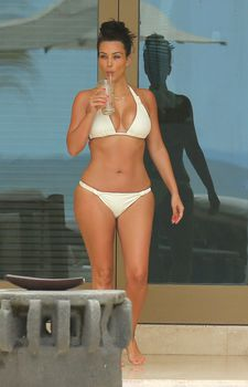 Сногсшибательная Ким Кардашьян в прозрачной мокрой майке фото #27