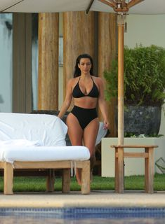 Сногсшибательная Ким Кардашьян в прозрачной мокрой майке фото #1