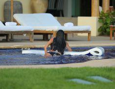 Сногсшибательная Ким Кардашьян в прозрачной мокрой майке фото #21