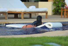 Сногсшибательная Ким Кардашьян в прозрачной мокрой майке фото #22
