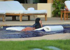 Сногсшибательная Ким Кардашьян в прозрачной мокрой майке фото #23