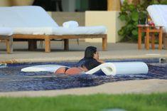 Сногсшибательная Ким Кардашьян в прозрачной мокрой майке фото #24