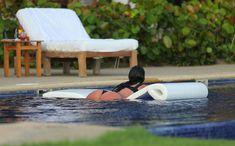 Сногсшибательная Ким Кардашьян в прозрачной мокрой майке фото #25