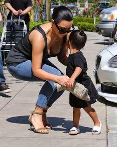 Ким Кардашьян в прозрачной майке в Беверли-Хиллз фото #1