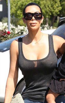 Ким Кардашьян в прозрачной майке в Беверли-Хиллз фото #5