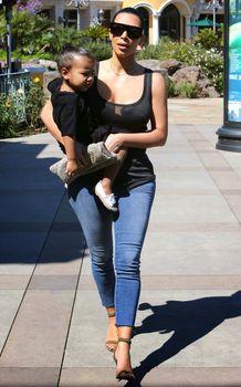 Ким Кардашьян в прозрачной майке в Беверли-Хиллз фото #9