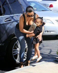 Ким Кардашьян в прозрачной майке в Беверли-Хиллз фото #11