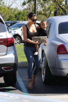 Ким Кардашьян в прозрачной майке в Беверли-Хиллз фото #12