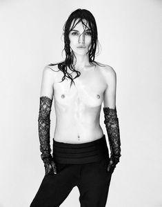 Голая грудь Кири Найтли в журнале Interview фото #1