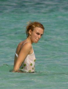 Кира Найтли без бюстгальтера в мокрой майке на Багамах фото #1