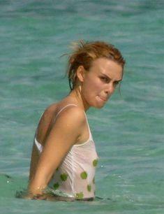 Кира Найтли без бюстгальтера в мокрой майке на Багамах фото #2
