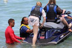 Хлоя Морец в черном бикини на пляже Майами фото #8